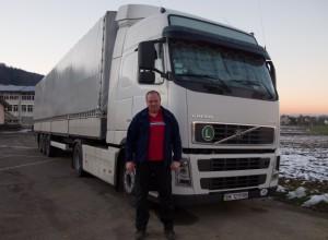Olexander Bruder von Viktor mit Camion min IMG_6495_bearbeitet-1 (800x589)
